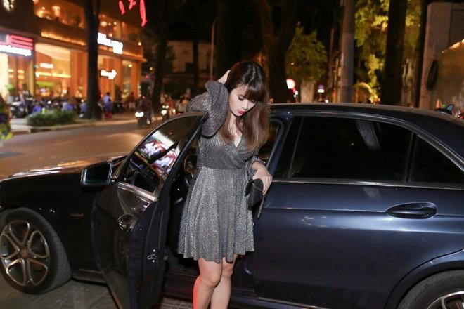 Lưu Thiên Hương lái xế hộp tiền tỷ tham dự buổi ra mắt MV của học trò - Ảnh 2.