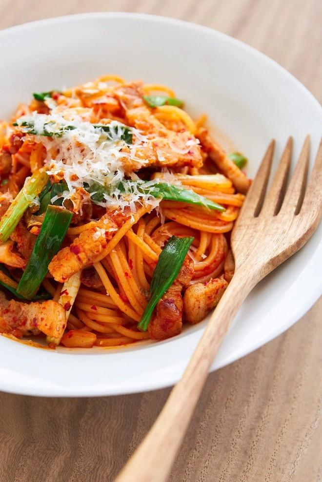 Mì Ý xào kim chi cho bữa tối làm nhanh mà ăn ngon hết cỡ - Ảnh 5.
