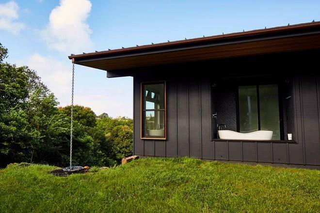 Ngôi nhà nhỏ xíu xiu lại trên sườn đồi, bên ngoài đơn xơ giản di mà ai cũng phải choáng ngợp khi bước vào bên trong - Ảnh 2.