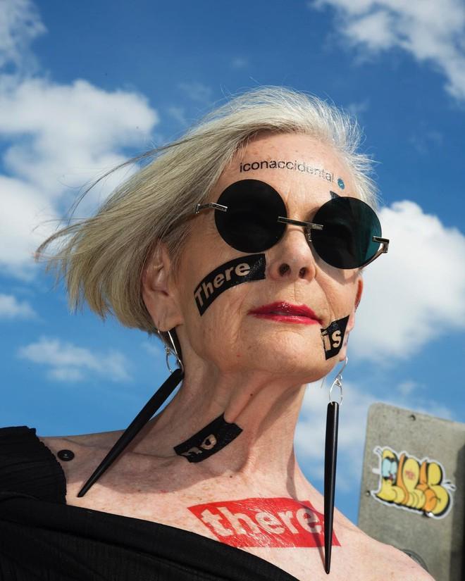 Cụ bà trở thành biểu tượng thời trang tuổi 64 và câu chuyện danh tiếng ập đến theo cách không thể ngờ tới - Ảnh 4.