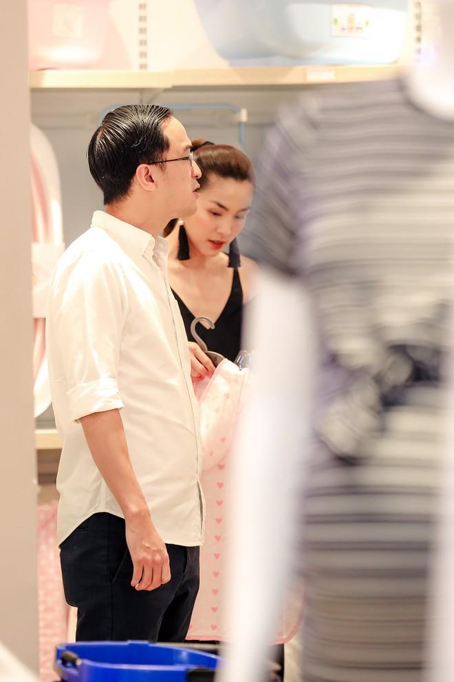 Tăng Thanh Hà diện váy khoét sâu cổ, rạng rỡ bên chồng Louis Nguyễn  - Ảnh 3.