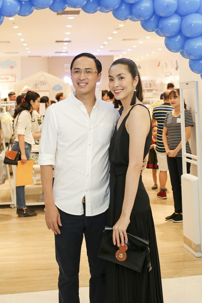 Tăng Thanh Hà diện váy khoét sâu cổ, rạng rỡ bên chồng Louis Nguyễn  - Ảnh 1.