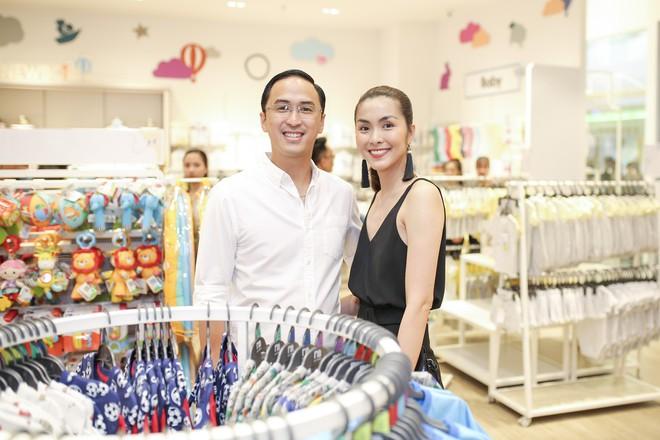 Tăng Thanh Hà diện váy khoét sâu cổ, rạng rỡ bên chồng Louis Nguyễn  - Ảnh 2.