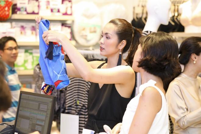 Tăng Thanh Hà diện váy khoét sâu cổ, rạng rỡ bên chồng Louis Nguyễn  - Ảnh 4.