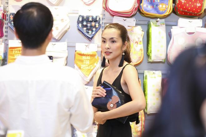 Tăng Thanh Hà diện váy khoét sâu cổ, rạng rỡ bên chồng Louis Nguyễn  - Ảnh 5.