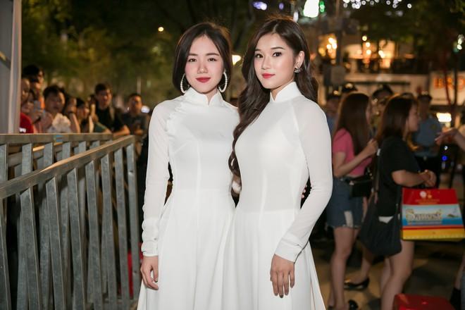 Diện áo dài trắng tinh khôi, Hoàng Yến Chibi - Phương Ly giống hệt chị em sinh đôi - Ảnh 1.