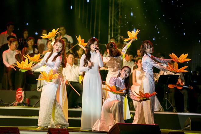 Diện áo dài trắng tinh khôi, Hoàng Yến Chibi - Phương Ly giống hệt chị em sinh đôi - Ảnh 2.