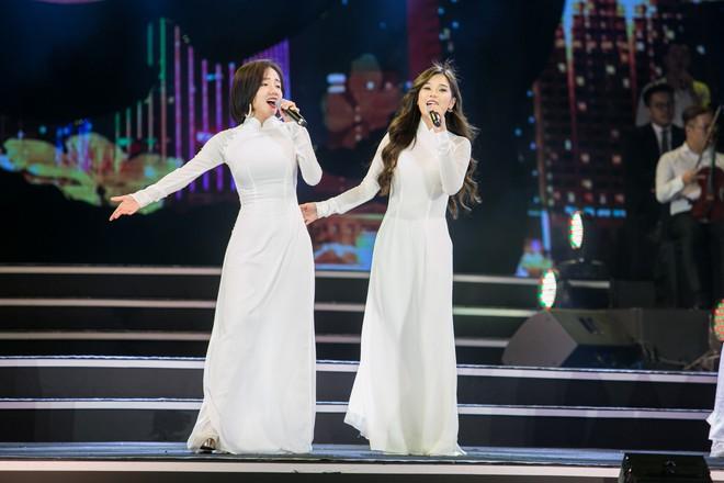 Diện áo dài trắng tinh khôi, Hoàng Yến Chibi - Phương Ly giống hệt chị em sinh đôi - Ảnh 3.