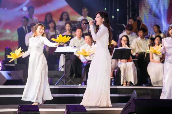 Diện áo dài trắng tinh khôi, Hoàng Yến Chibi - Phương Ly giống hệt chị em sinh đôi - Ảnh 4.