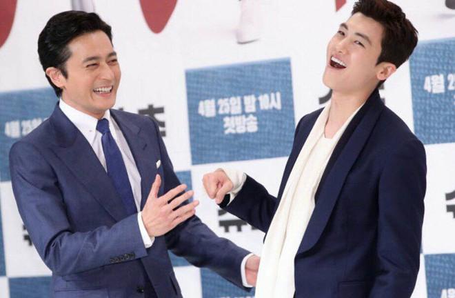 Lộ nếp nhăn tuổi tác nhưng nam thần thanh xuân Jang Dong Gun vẫn là cực phẩm nhan sắc trong ngày họp báo - Ảnh 1.
