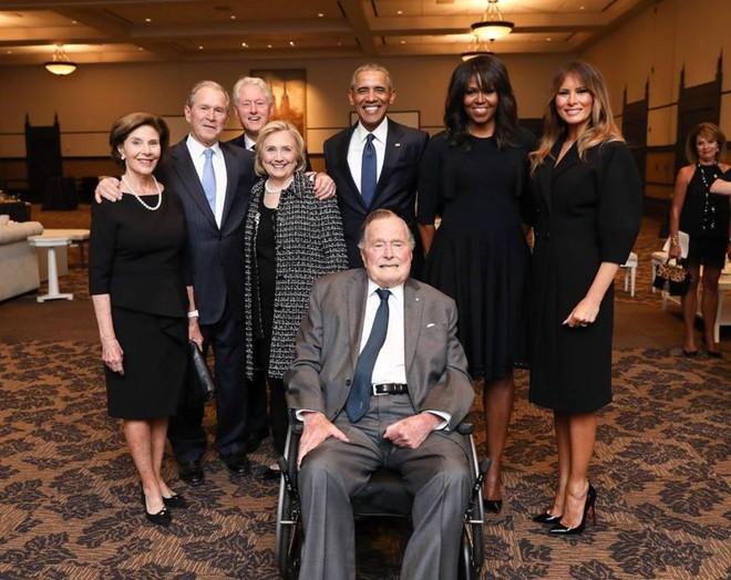 Bức hình 4 cựu tổng thống Mỹ và các đệ nhất phu nhân chụp ảnh cùng nhau được chia sẻ chóng mặt trên mạng xã hội - Ảnh 1.