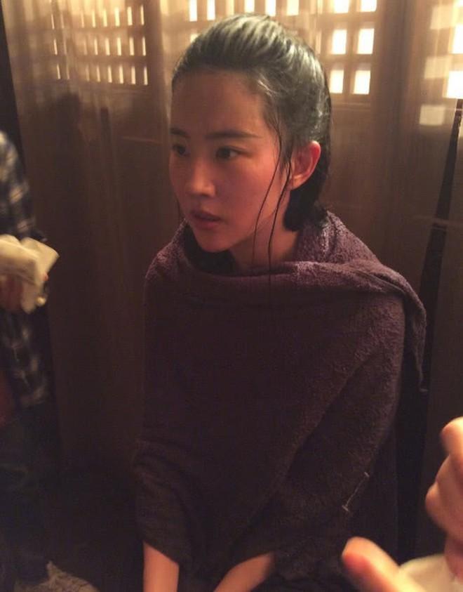 Xót xa trước cảnh Lưu Diệc Phi kiệt sức, gầy tong teo trên phim trường - Ảnh 1.