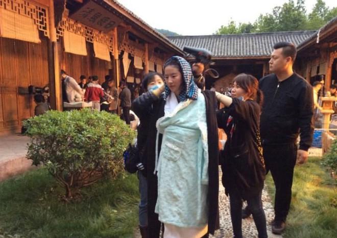 Xót xa trước cảnh Lưu Diệc Phi kiệt sức, gầy tong teo trên phim trường - Ảnh 5.
