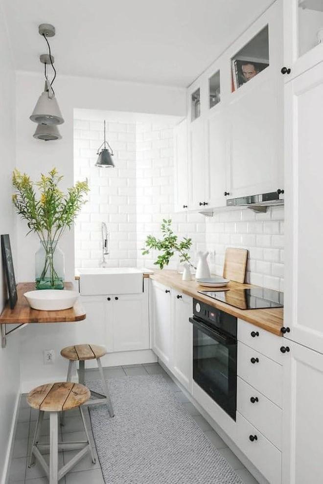 Những căn bếp với diện tích chưa đến 10m² nhưng nhờ sử dụng gam màu này lại trở nên rộng thênh thang và đẹp bất ngờ - Ảnh 1.
