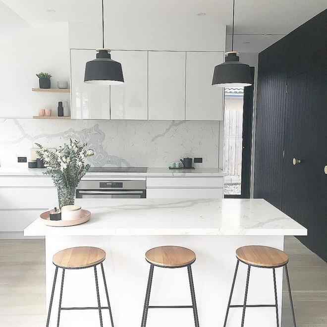 Những căn bếp với diện tích chưa đến 10m² nhưng nhờ sử dụng gam màu này lại trở nên rộng thênh thang và đẹp bất ngờ - Ảnh 4.