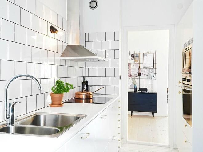 Những căn bếp với diện tích chưa đến 10m² nhưng nhờ sử dụng gam màu này lại trở nên rộng thênh thang và đẹp bất ngờ - Ảnh 2.
