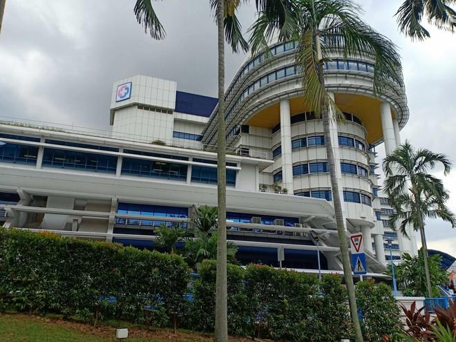 Bé gái gõ cửa 12 bệnh viện để chữa bệnh u mắt hiếm gặp đã sang Singapore tìm phép màu - Ảnh 6.