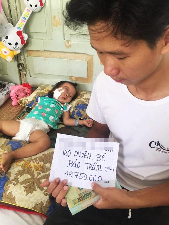 Bé gái gõ cửa 12 bệnh viện để chữa bệnh u mắt hiếm gặp đã sang Singapore tìm phép màu - Ảnh 3.