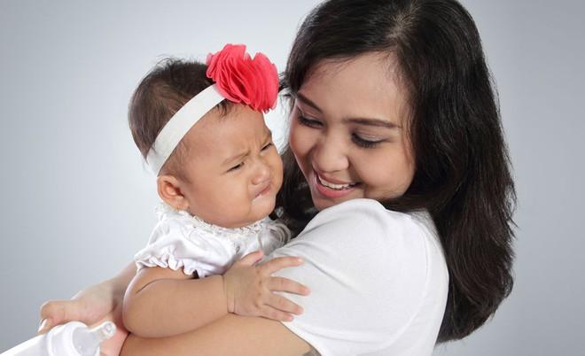 Để mặc bé khóc tự nín không khiến trẻ ngoan hơn mà còn gây ra tác dụng ngược như này - Ảnh 4.
