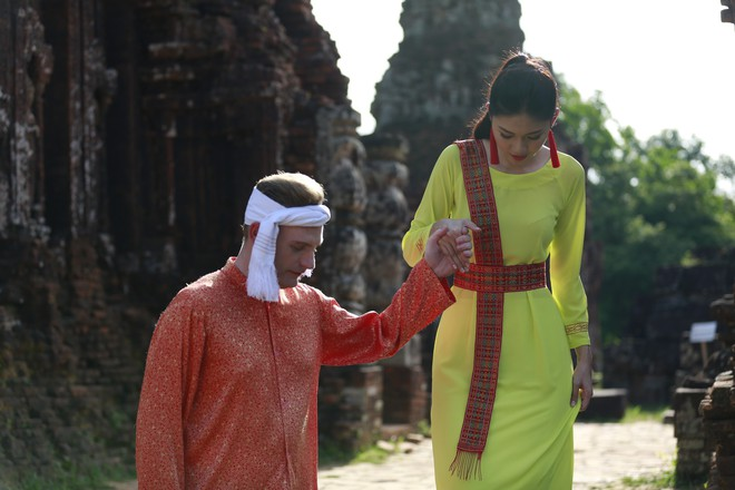 Á hậu Thanh Tú và Kyo York khiến dân mạng thổn thức với chuyện tình nắm tay nhau đi khắp nhân gian - Ảnh 5.