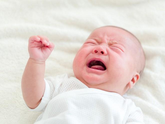 Để mặc bé khóc tự nín không khiến trẻ ngoan hơn mà còn gây ra tác dụng ngược như này - Ảnh 1.