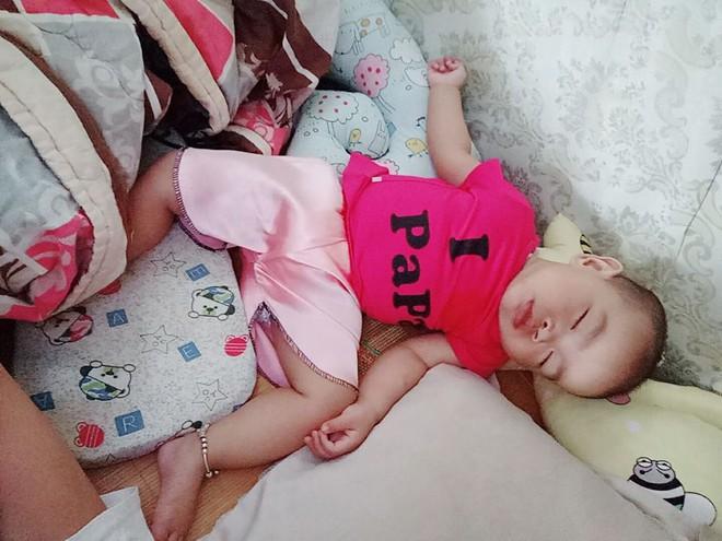Chùm ảnh: Tranh thủ lúc con say giấc, các mẹ chụp được cả tá ảnh về dáng ngủ hay ho bá đạo của con - Ảnh 2.
