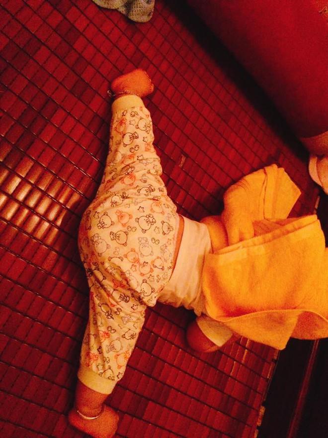 Chùm ảnh: Tranh thủ lúc con say giấc, các mẹ chụp được cả tá ảnh về dáng ngủ hay ho bá đạo của con - Ảnh 3.