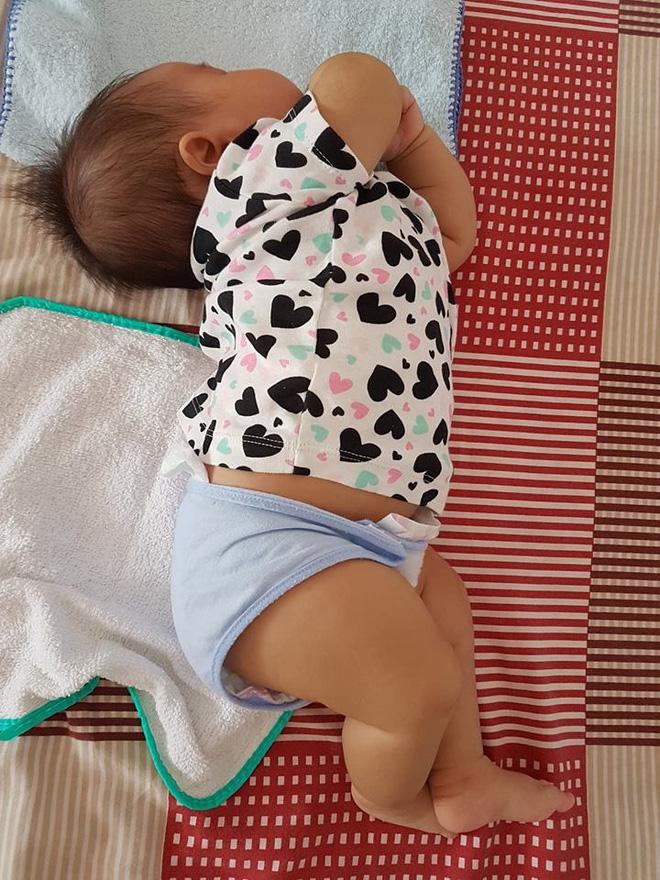 Chùm ảnh: Tranh thủ lúc con say giấc, các mẹ chụp được cả tá ảnh về dáng ngủ hay ho bá đạo của con - Ảnh 5.