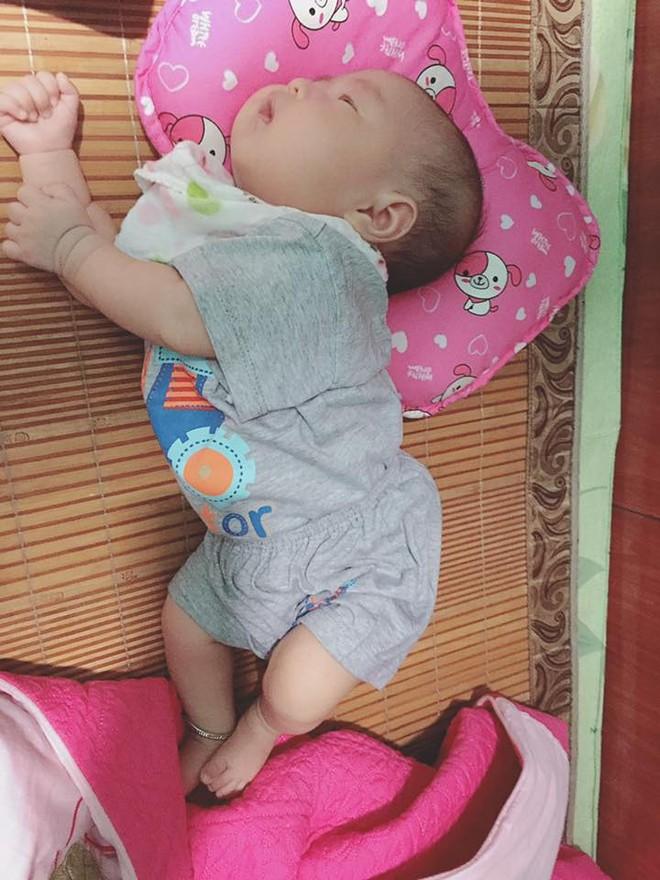 Chùm ảnh: Tranh thủ lúc con say giấc, các mẹ chụp được cả tá ảnh về dáng ngủ hay ho bá đạo của con - Ảnh 10.