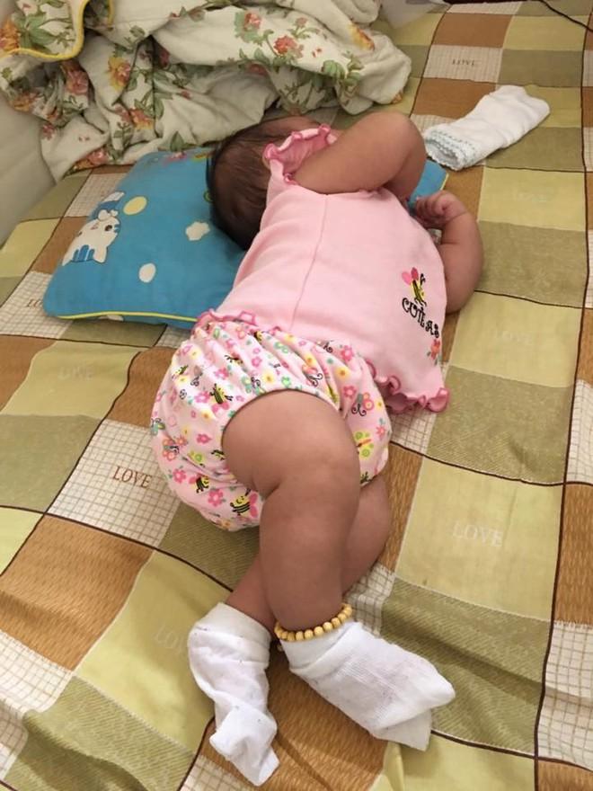 Chùm ảnh: Tranh thủ lúc con say giấc, các mẹ chụp được cả tá ảnh về dáng ngủ hay ho bá đạo của con - Ảnh 6.