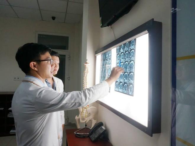 5 giờ nín thở cứu người phụ nữ Tây Ninh mang khối u khổng lồ chiếm trọn bán cầu não phải nguy kịch - Ảnh 2.