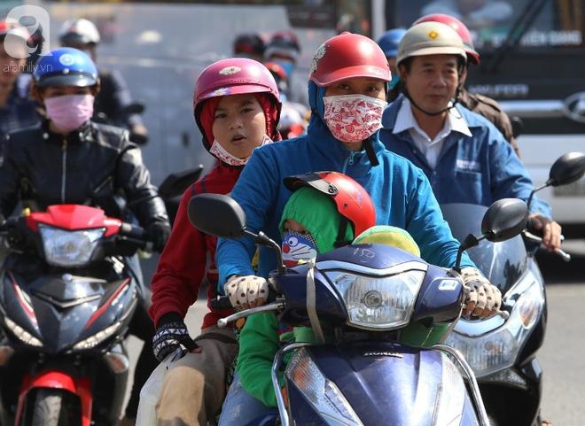 Người dân miền Tây đội nắng, chen chúc nhau tay xách nách mang trở lại Sài Gòn sau nghỉ lễ - Ảnh 6.