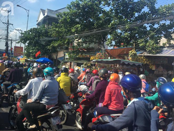Người dân miền Tây đội nắng, chen chúc nhau tay xách nách mang trở lại Sài Gòn sau nghỉ lễ - Ảnh 1.