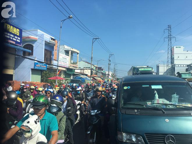 Người dân miền Tây đội nắng, chen chúc nhau tay xách nách mang trở lại Sài Gòn sau nghỉ lễ - Ảnh 2.