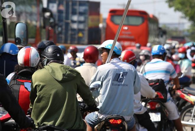 Người dân miền Tây đội nắng, chen chúc nhau tay xách nách mang trở lại Sài Gòn sau nghỉ lễ - Ảnh 11.