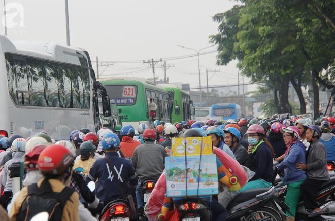 Người dân miền Tây đội nắng, chen chúc nhau tay xách nách mang trở lại Sài Gòn sau nghỉ lễ - Ảnh 12.