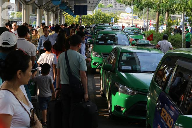 Người dân miền Tây đội nắng, chen chúc nhau tay xách nách mang trở lại Sài Gòn sau nghỉ lễ - Ảnh 7.