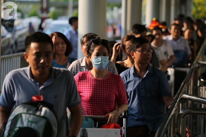 Người dân miền Tây đội nắng, chen chúc nhau tay xách nách mang trở lại Sài Gòn sau nghỉ lễ - Ảnh 8.