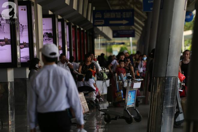 Người dân miền Tây đội nắng, chen chúc nhau tay xách nách mang trở lại Sài Gòn sau nghỉ lễ - Ảnh 9.