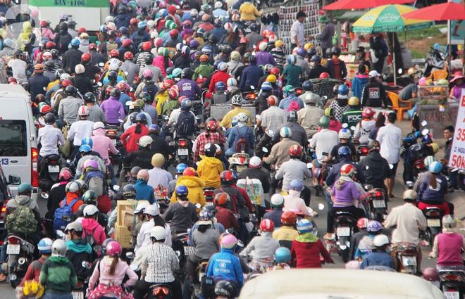 Người dân miền Tây đội nắng, chen chúc nhau tay xách nách mang trở lại Sài Gòn sau nghỉ lễ - Ảnh 4.