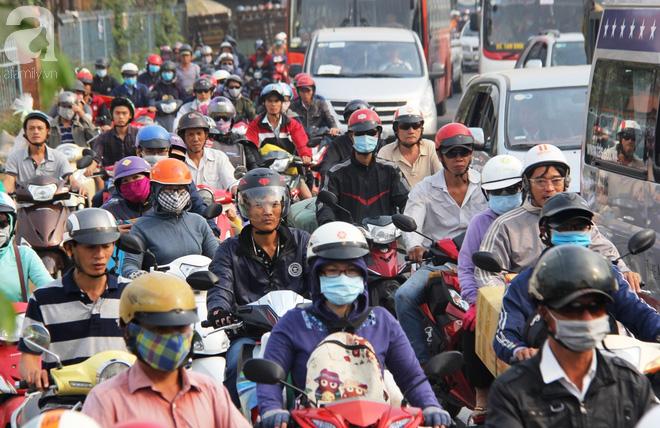 Người dân miền Tây đội nắng, chen chúc nhau tay xách nách mang trở lại Sài Gòn sau nghỉ lễ - Ảnh 5.