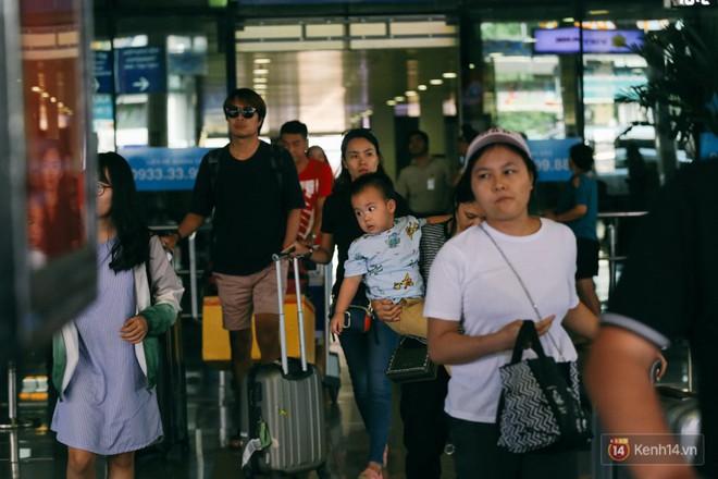 Hàng trăm hành khách trở lại Sài Gòn, chật vật đón taxi ở sân bay Tân Sơn Nhất sau kỳ nghỉ 4 ngày - Ảnh 2.