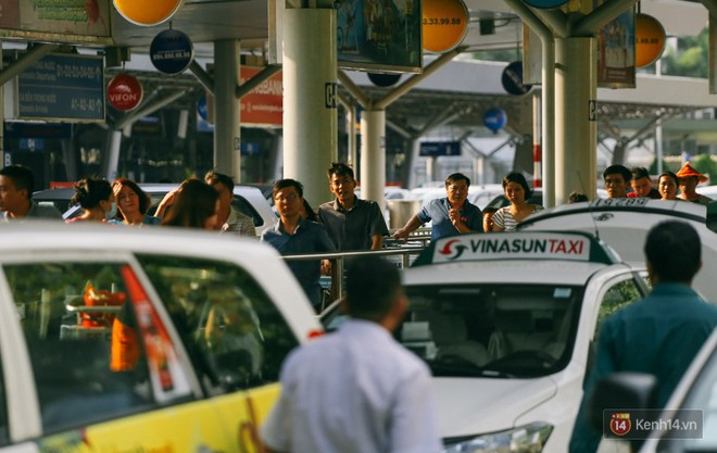 Hàng trăm hành khách trở lại Sài Gòn, chật vật đón taxi ở sân bay Tân Sơn Nhất sau kỳ nghỉ 4 ngày - Ảnh 15.