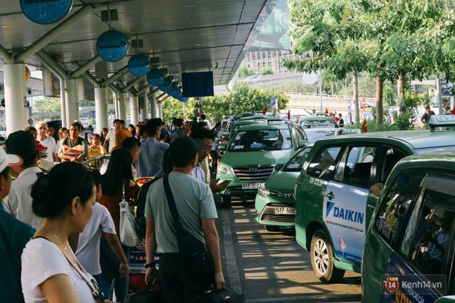 Hàng trăm hành khách trở lại Sài Gòn, chật vật đón taxi ở sân bay Tân Sơn Nhất sau kỳ nghỉ 4 ngày - Ảnh 16.