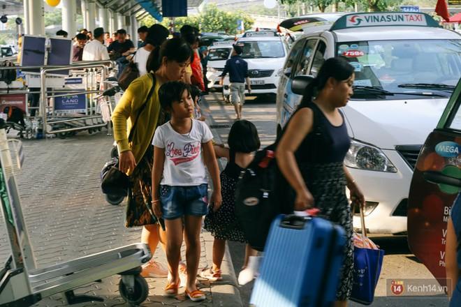 Hàng trăm hành khách trở lại Sài Gòn, chật vật đón taxi ở sân bay Tân Sơn Nhất sau kỳ nghỉ 4 ngày - Ảnh 17.