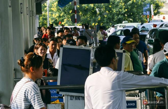 Hàng trăm hành khách trở lại Sài Gòn, chật vật đón taxi ở sân bay Tân Sơn Nhất sau kỳ nghỉ 4 ngày - Ảnh 19.