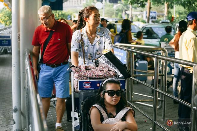 Hàng trăm hành khách trở lại Sài Gòn, chật vật đón taxi ở sân bay Tân Sơn Nhất sau kỳ nghỉ 4 ngày - Ảnh 6.
