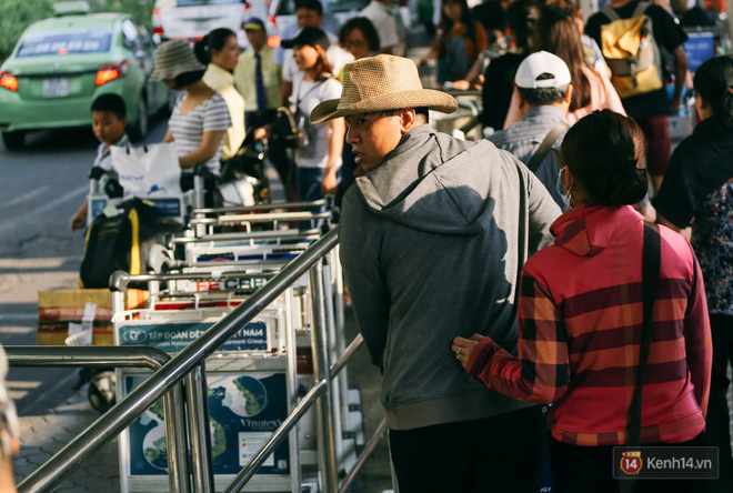 Hàng trăm hành khách trở lại Sài Gòn, chật vật đón taxi ở sân bay Tân Sơn Nhất sau kỳ nghỉ 4 ngày - Ảnh 8.
