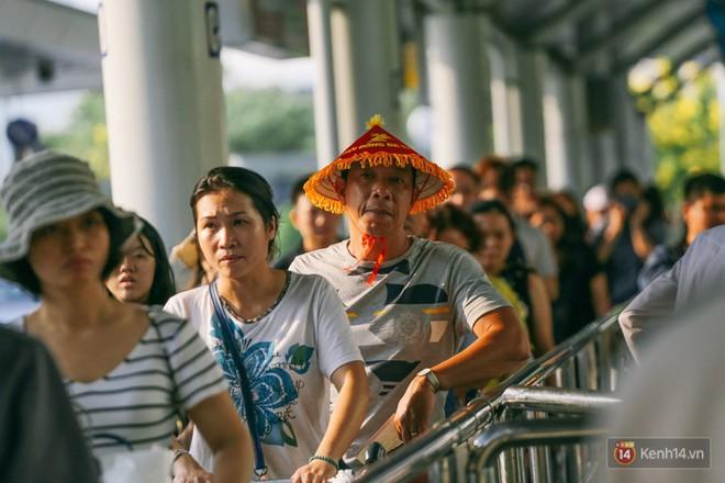 Hàng trăm hành khách trở lại Sài Gòn, chật vật đón taxi ở sân bay Tân Sơn Nhất sau kỳ nghỉ 4 ngày - Ảnh 9.