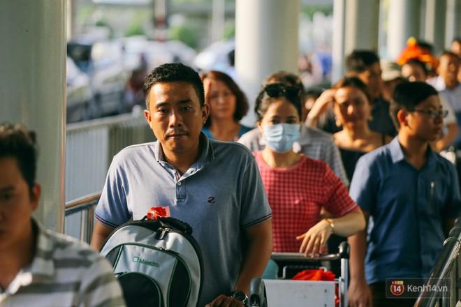 Hàng trăm hành khách trở lại Sài Gòn, chật vật đón taxi ở sân bay Tân Sơn Nhất sau kỳ nghỉ 4 ngày - Ảnh 10.
